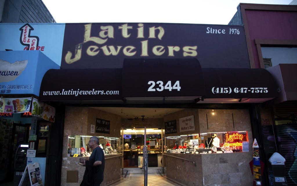 Brazen robber steals $8,000 ring from Mission Street jeweler; car chase ensues