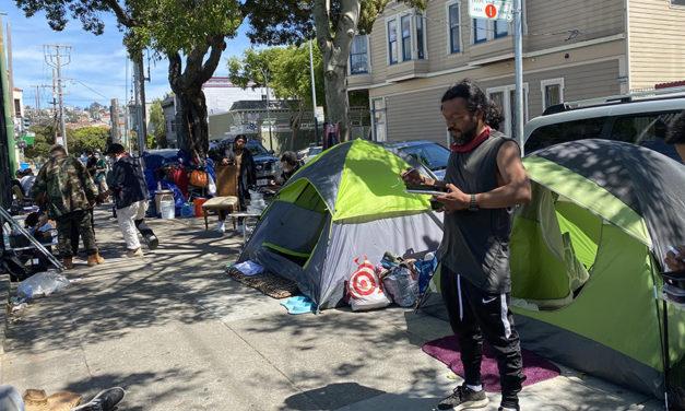 Hallan a residente de campamento de la calle 21 muerto en su tienda de campaña